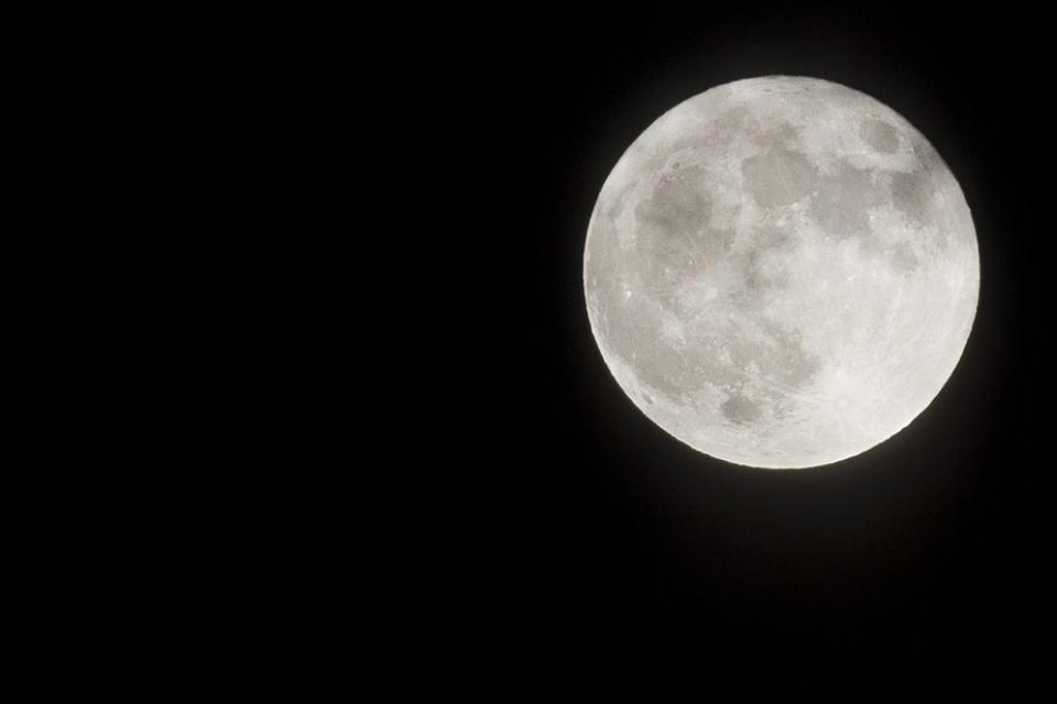glowing-night-full-moon_925x